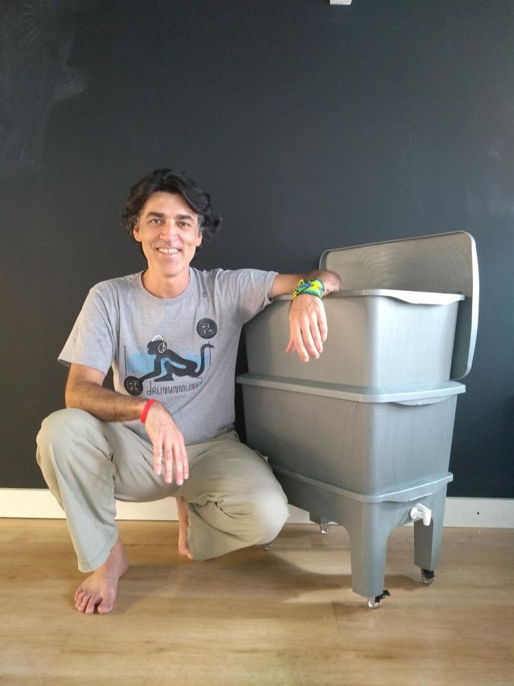 Cláudio Spinola posa com uma de suas composteras. O método de compostagem alicerça o modelo de negócios da Morada da Floresta.