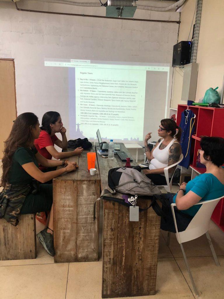 Espaço de reuniões do Favela Hub.