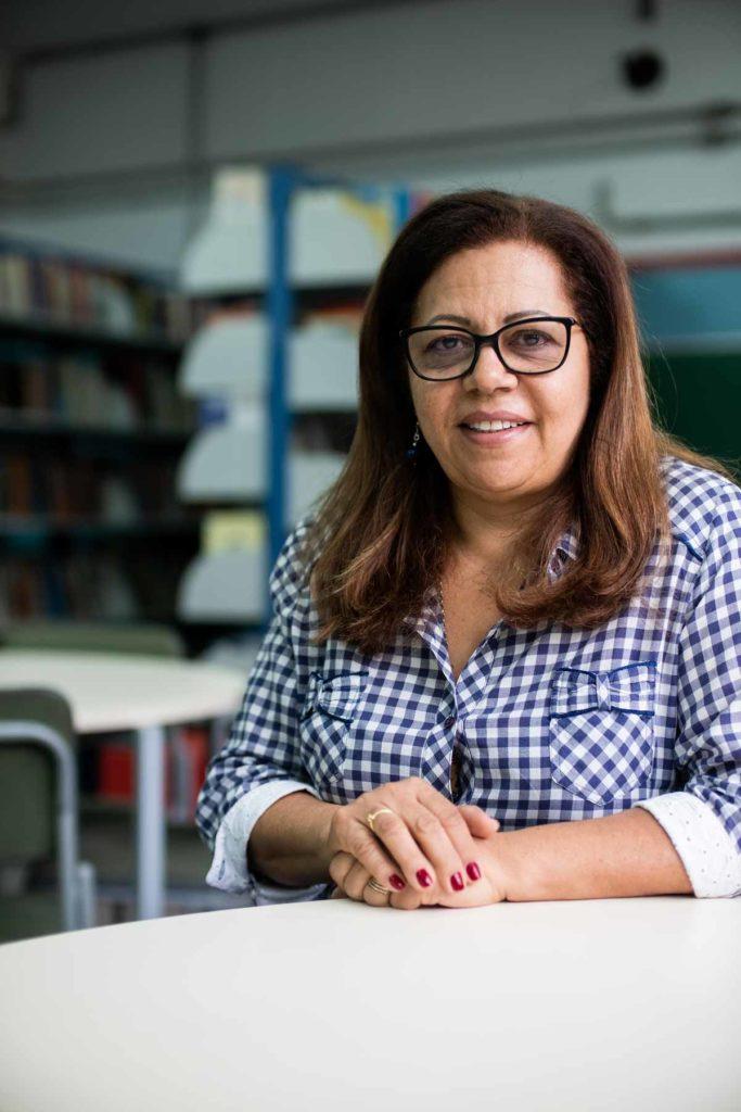 Célia Regina de Souza é diretora da Escola Estadual Odon Cavalcanti. Para ela, o app da Mira alivia e facilita as obrigações de gestão da escola. Foto: Agência Ophelia.