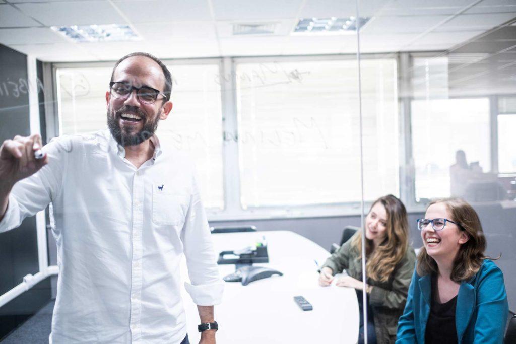Rangel Barbosa, CEO da Mira, acompanhado de  Melina Sternberg, gerente de comunicação e cultura da startup. Foto: Agência Ophelia.