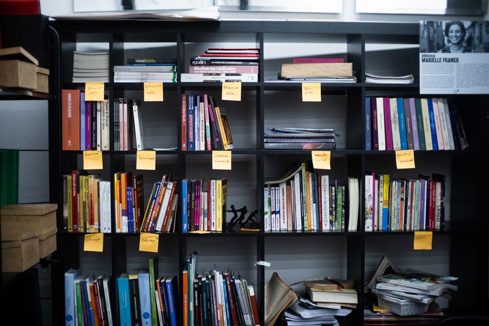 Detalhe da biblioteca da Casa 1. Foto: Agência Ophelia.