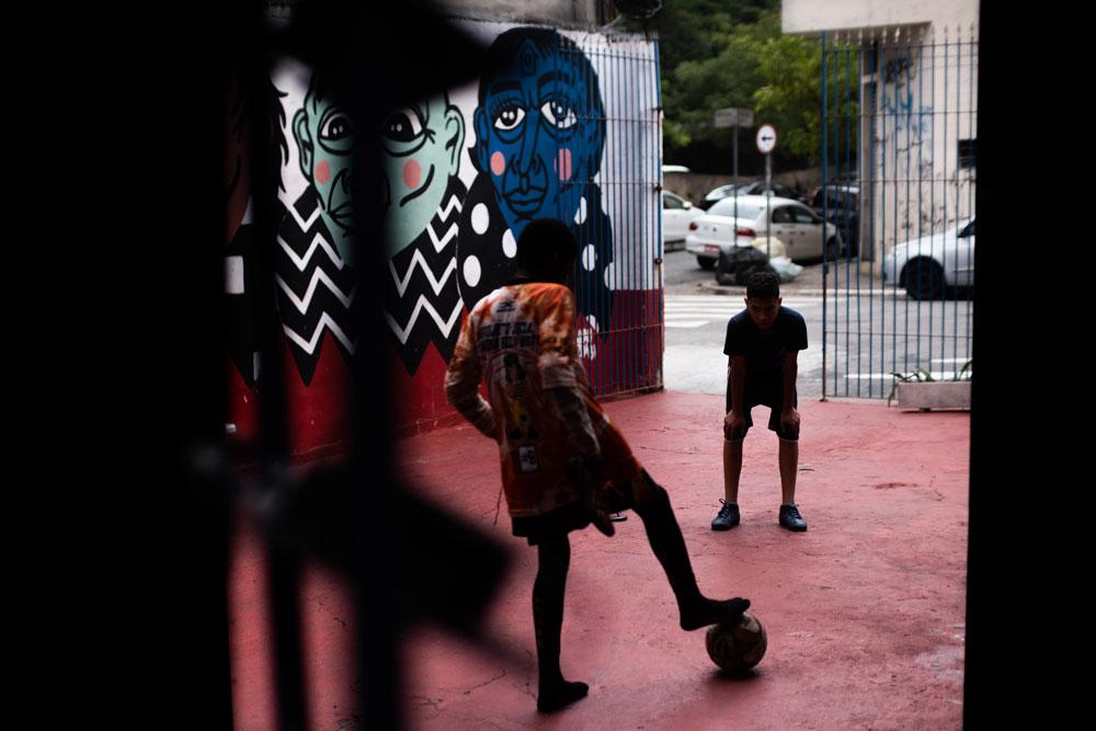 Crianças jogam bola em frente à Casa 1, no Bixiga. Foto: Agência Ophelia.