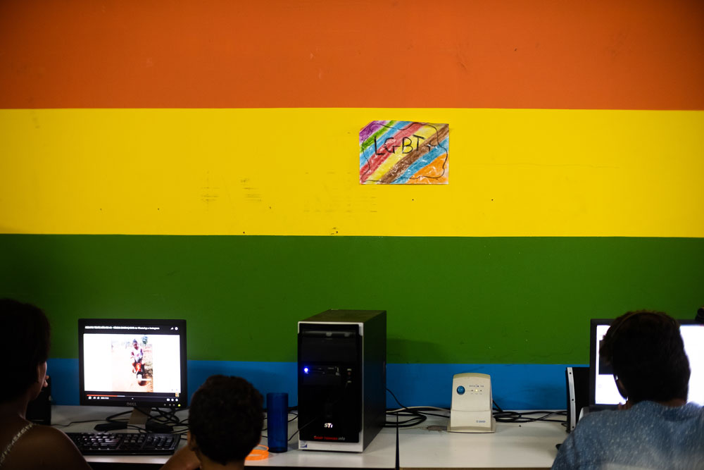 O centro cultural da Casa 1 permanecesse sempre aberto para comunidade. Acima, detalhe da sala de computadores à disposição. Foto: Agência Ophelia.