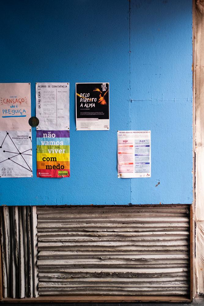 Quadro de avisos e programação da Casa 1. Foto: Agência Ophelia.